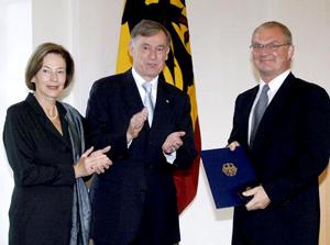 Verleihung des Bundesverdienstkreuzes durch Horst Köhler an Loring Sittler